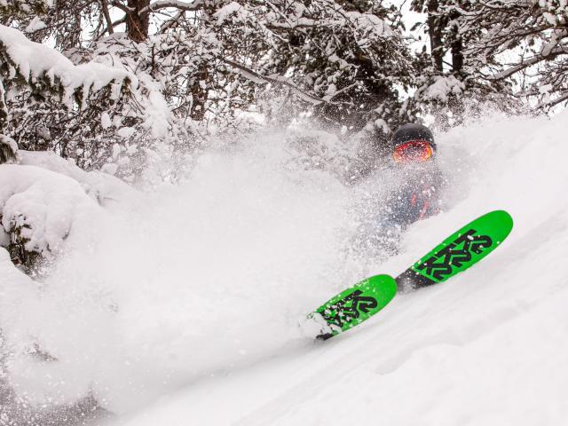 Skieur en poudreuse un jour de neige