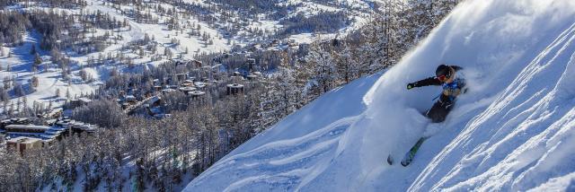 Skieur en poudreuse au cœur du domaine skiable de Vars