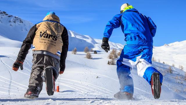 Sled dogs au pied de Chabrières. Au premier plan, deux fans de glisse se régalent dans une neige fraîche en découvrant de nouvelles glisses et de nouvelles sensations. Le sled dogs, une sorte de patins sur neige pour toujours plus de sensations.