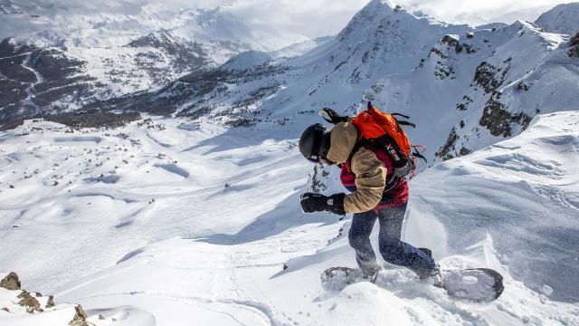 Snowboarder dans le neige fraîche de Vars