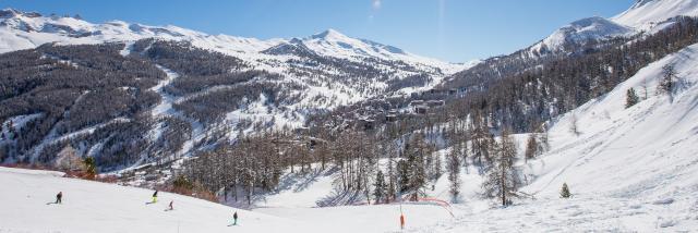 Domaine skiable de Vars, et Vars les Claux, cœur de station en fond.