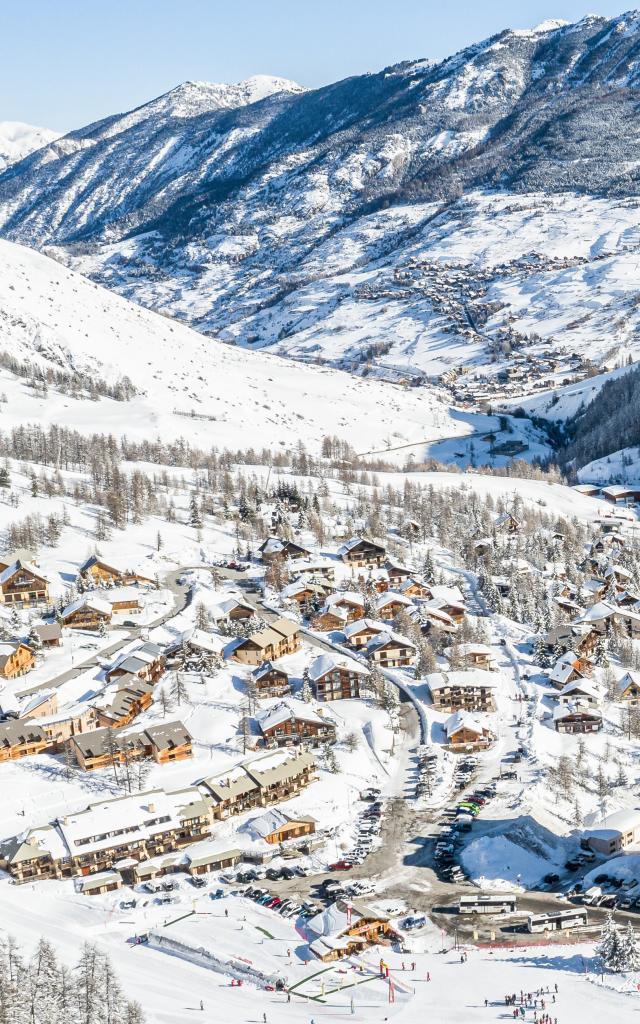 Vars les Claux, le front de neige et au loin les villages de Vars sous la neige
