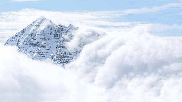 Eyssina dans une splendide mer de nuages