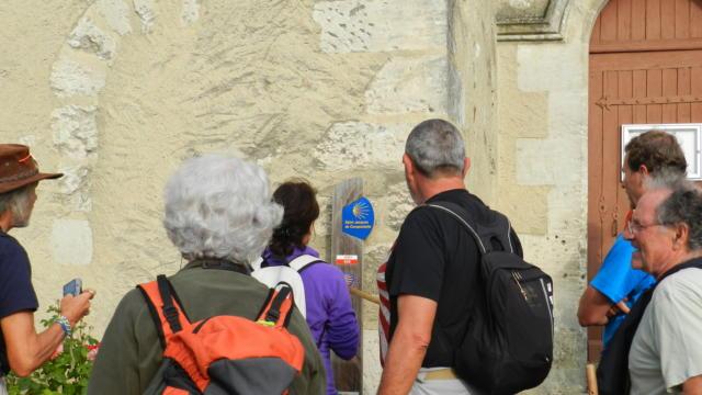 Pélerins de Compostelle devant une église