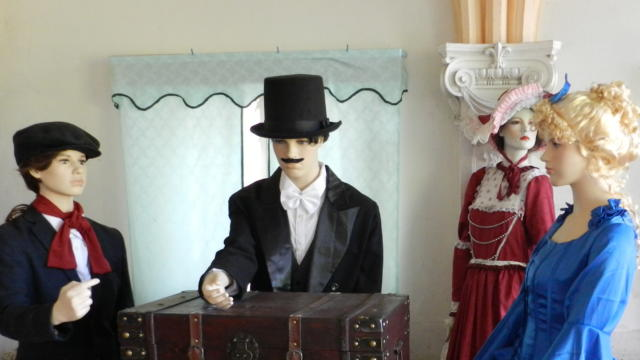 Mannequins avec un coffre fort dans le château des Enigmes à Fréteval