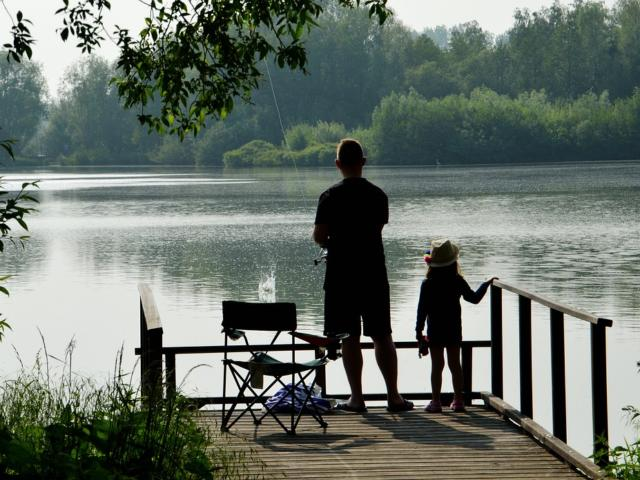 Pêche au bord d'un étang