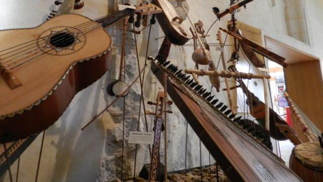 Panel d'instruments à cordes dans le musée Musikenfête