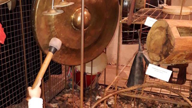 Une petite fille joue d'un instrument de musique à Musikenfête