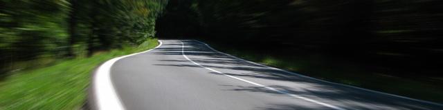 Vue 3D d'une route entourée d'arbre sur le rallye photos au départ de Fréteval