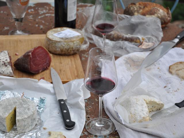 Table de pique Nique avec charcuterie, fromages et verres de vin