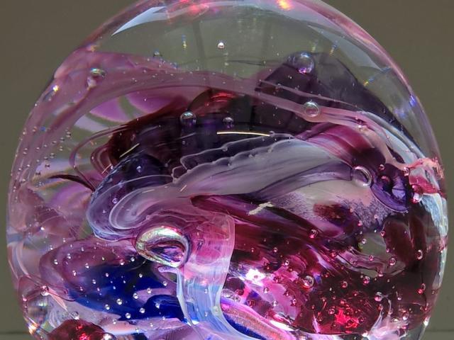 Boule lumineuse rose et bleu à la Verrerie des Coteaux à Loir-en-Vallée