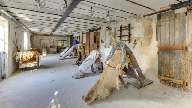 Mannequins en train de travailler des peaux au musée du cuir à Château-Renault