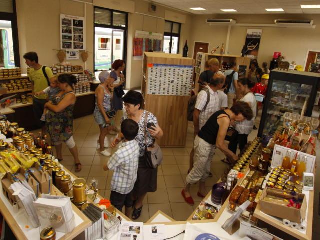 Intérieur de la Maison du vin et des produits du terroir de Thoré-la-Rochette