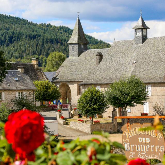 Le bourg de Chaumeil et son église