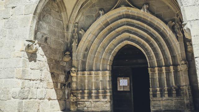 Façade de l'église de Chaumeil