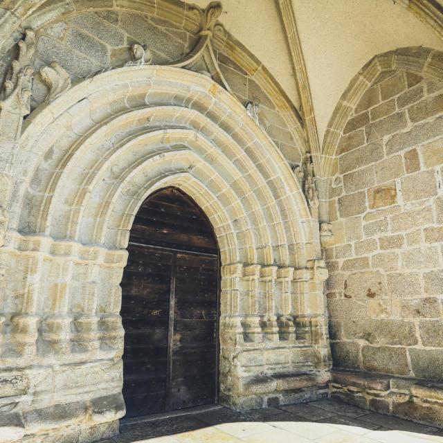 La façade de l'église de Chaumeil