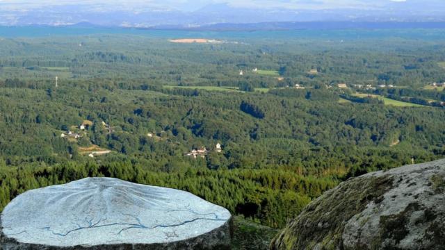 Au Puy De La tourte - vue sur Egletons et sur les monts du Cantal - Soudeilles