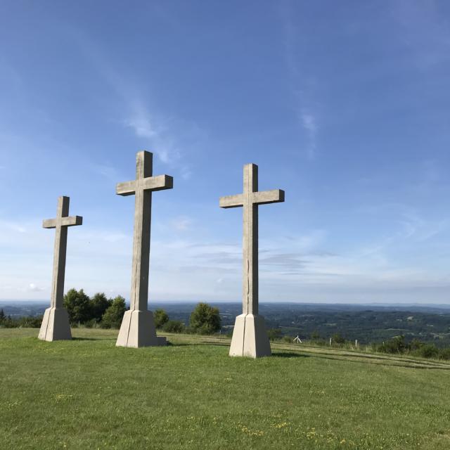 Les croix du Puy de Sarran - Vue sur les Monédières/ vallée de la Corrèze