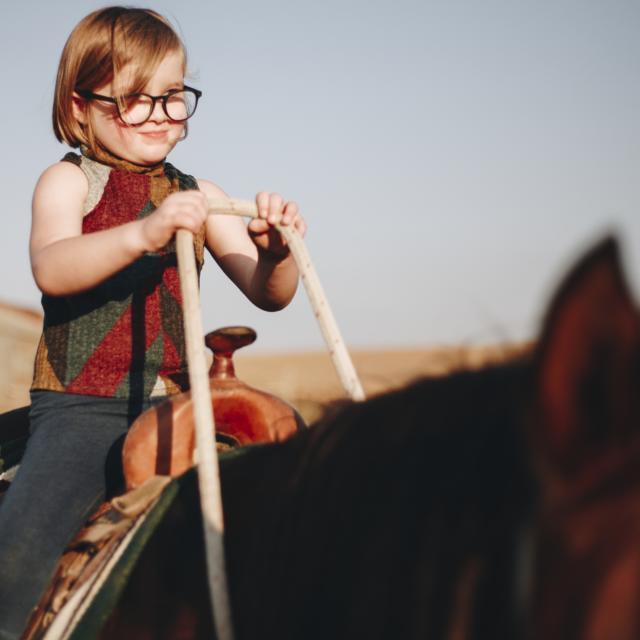 Enfant faisant du cheval