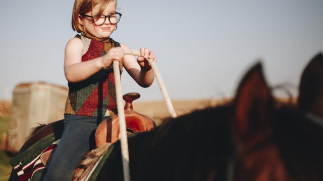 Petite fille sur un cheval