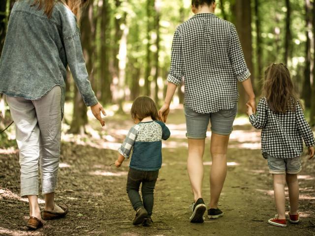 Famille qui randonne en Terre Authentique en Corrèze pendant les vacances de la Toussaint