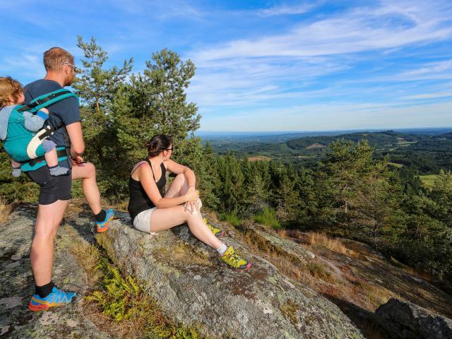 Famille admirant le point de vue au-dessus de Péret-Bel-Air