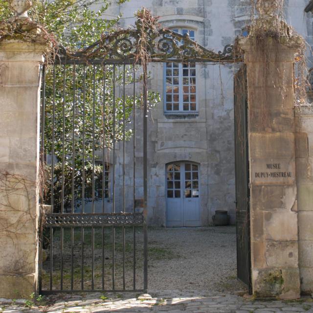 Musée Dupuy-Mestreau - Entrée du musée exposant faïences, gravures, peintures, armes, et divers objets.