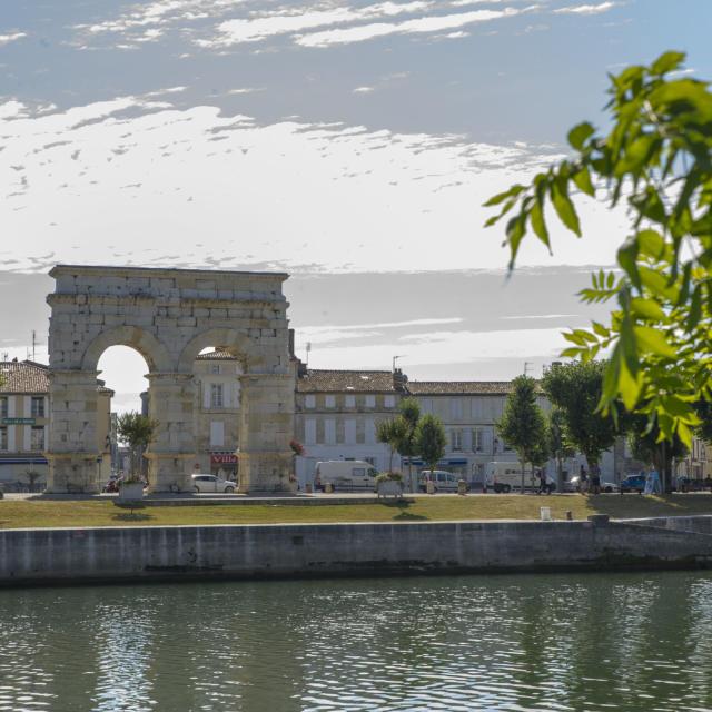 Arc De germanicus vue de Loin