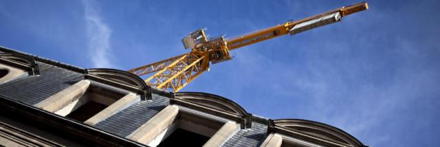 Grue sur un chantier de rénovation en centre ville